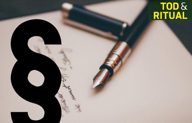 Das Bild zeigt ein Testament und ein Paragraphenzeichen. Foto: Álvaro Serrano auf Unsplash