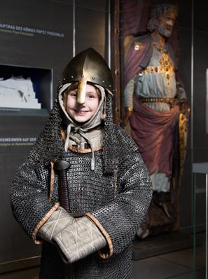 Als Ritter verkleideter Junge